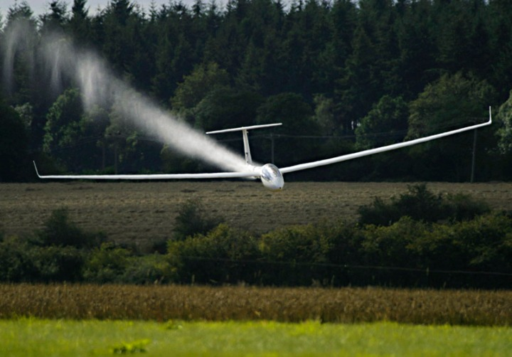 A Rolladen-Schneider LS4 (pilot John Roberts) dumping water ballast at about 140 knots during a competition finish. © www.whiteplanes.com
