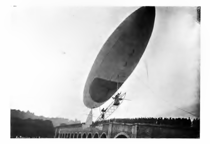 Santos-Dumont crossing the Seine on his way to the Eiffel Tower in Airship No.6. Note the crowds on the bridge. (Dans l'Air, 1904)