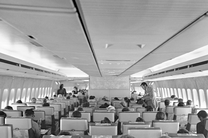The spacious 'E Zone' (no Economy Class here!) of United Airlines' new 747 fleet in the early 70s. (© David Mills | Visual Approach Graphics & Imaging)