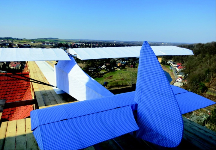 The finished glider on its rooftop runway, with the landing field framed under the wing. (© Ben Watkins)