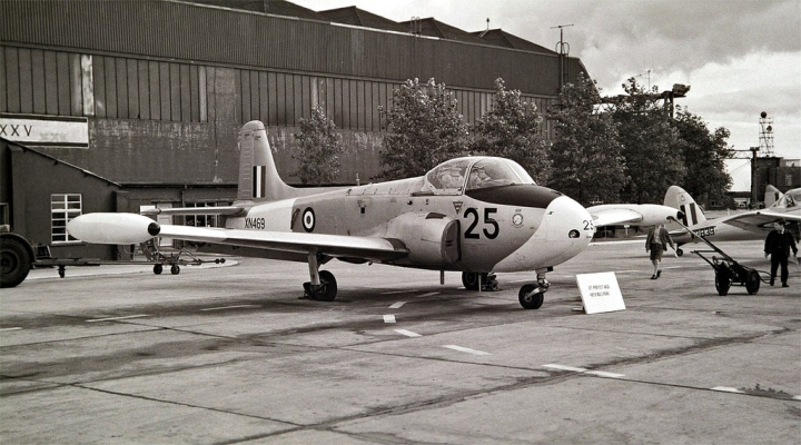 A lovely study of Jet Provost T3 XN469 '25' in the 1960s, with Chipmunk and Vampire tails behind. Delivered in October 1960, this aircraft crashed on East Moor Yorkshire in June 1970. (Photo by Neil Aird CC BY-NC-ND 2.0 via kitchener.lord | flickr.com)
