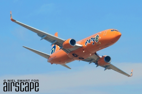 Unmissable! One of the 9 B737-800s operated by SAA's budget brand, Mango. (© Niel Swart)