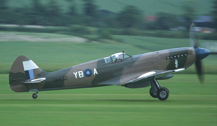 On a roll... Restored Spitfire F Mk.XIVc 'SM832', originally delivered in March 1945, she was sold to the Indian Air Force in 1947 and first restored in 1978. (PSParrot | flickr.com CC BY 2.0)