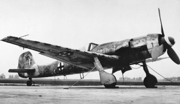 Future force... The advanced, Tank Ta.152 high-altitude interceptor, introduced in very limited numbers from January 1945. (SDASM #38235560 via wikipedia)